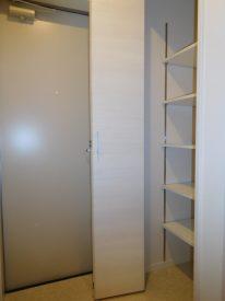 折り戸式の玄関収納
