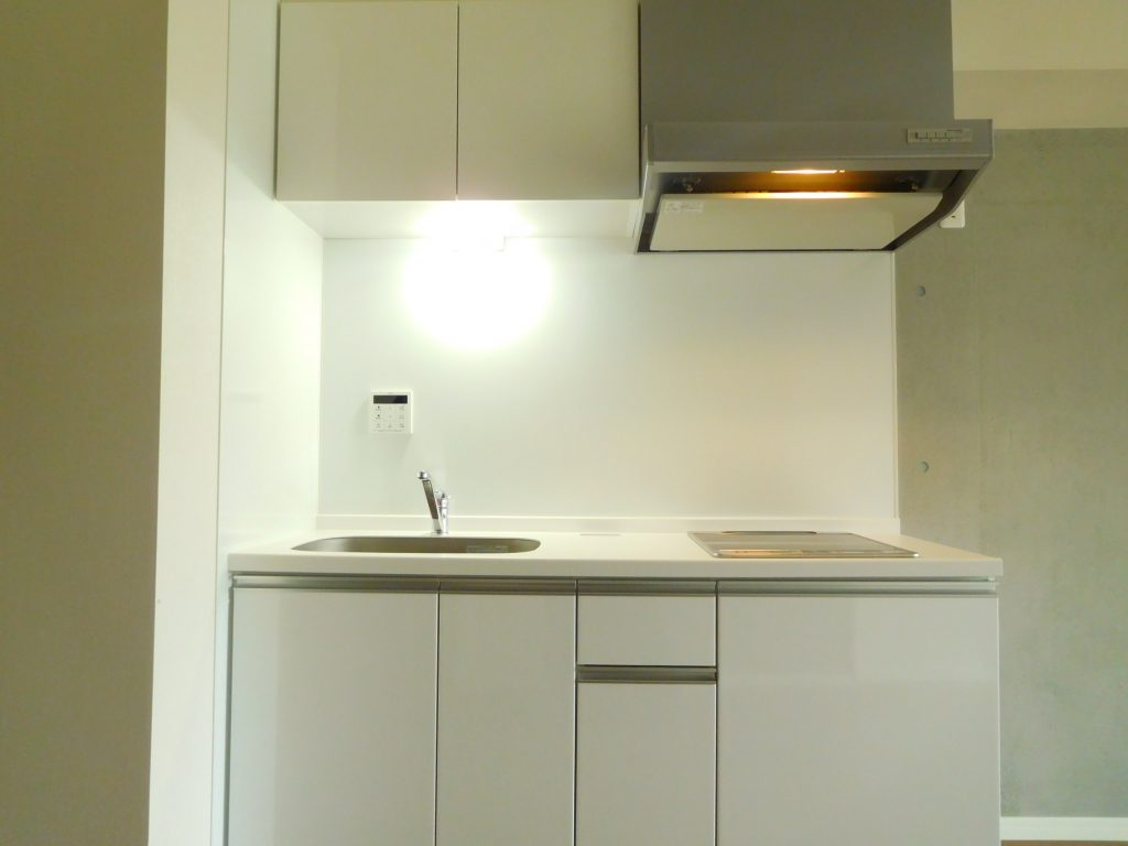 白いキッチンは清潔感が違いますね。しかも未使用です。
