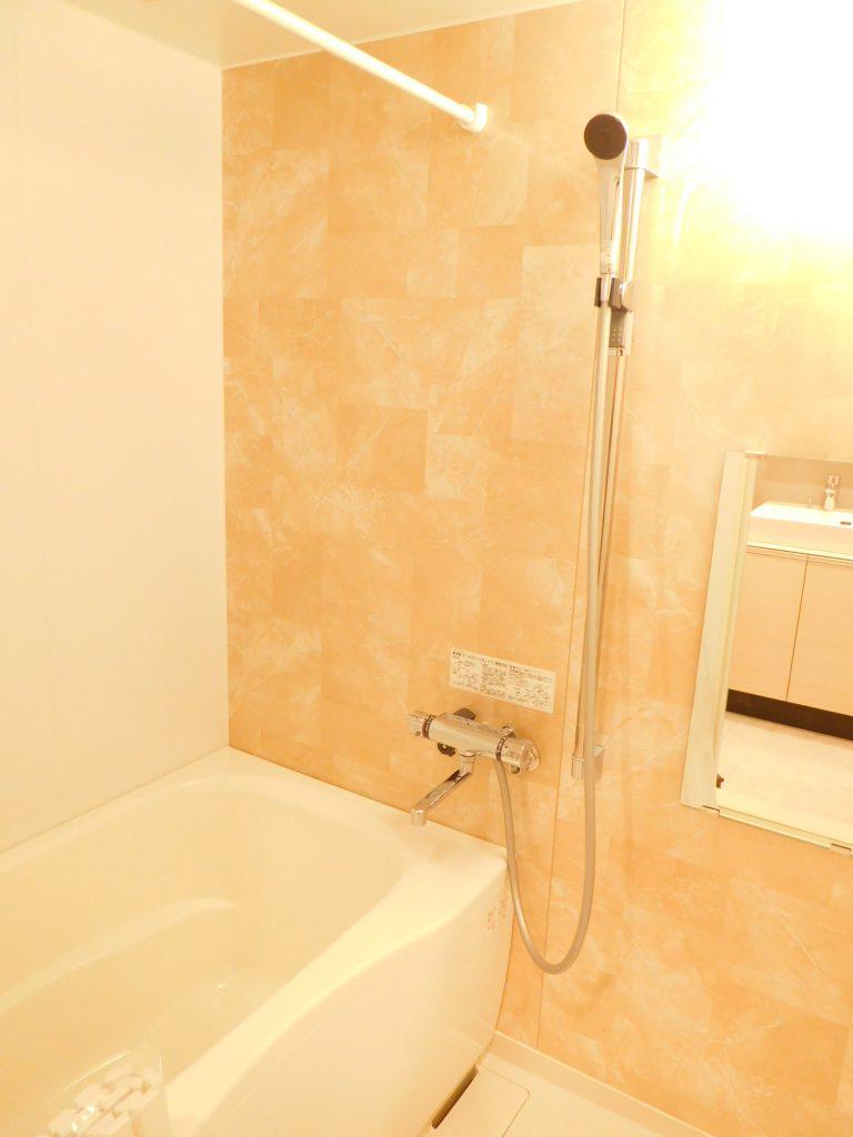 パネルが印象的な浴室