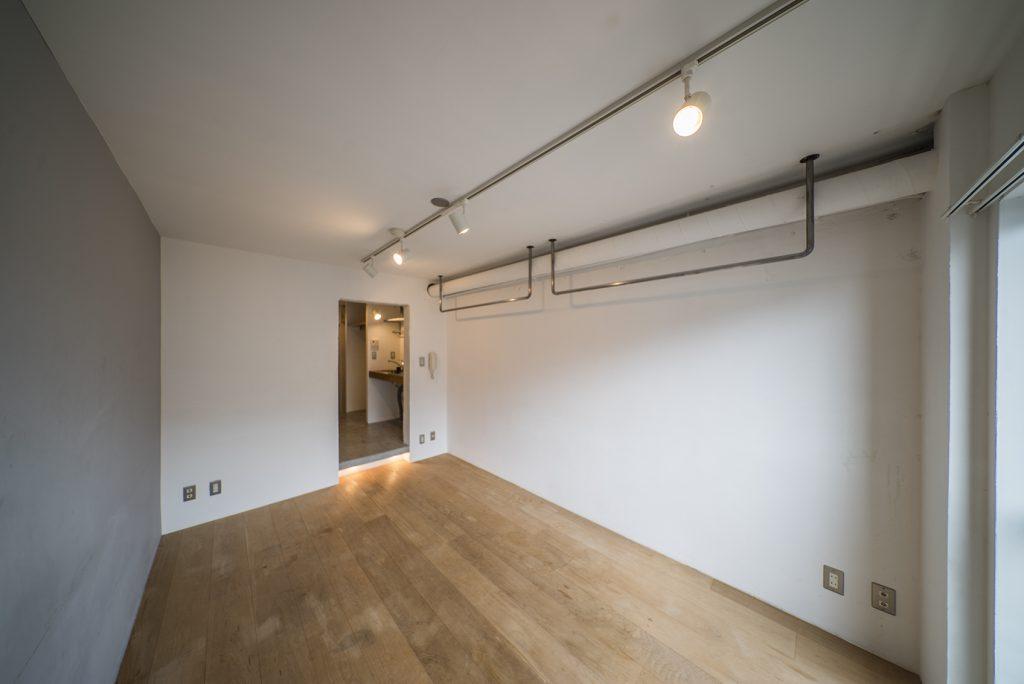 7帖の洋室はRC打ちっぱなしだけど、床は無垢材であたたかみもある。