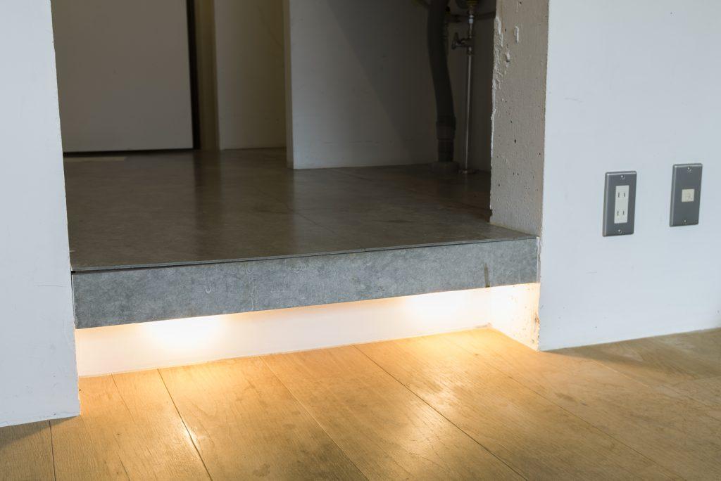 キッチンと居室の間にさりげなく間接照明。