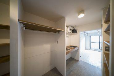コンクリート床のキッチン。