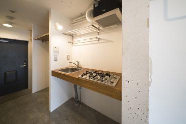 ウッド製のキッチン。火元は2個。