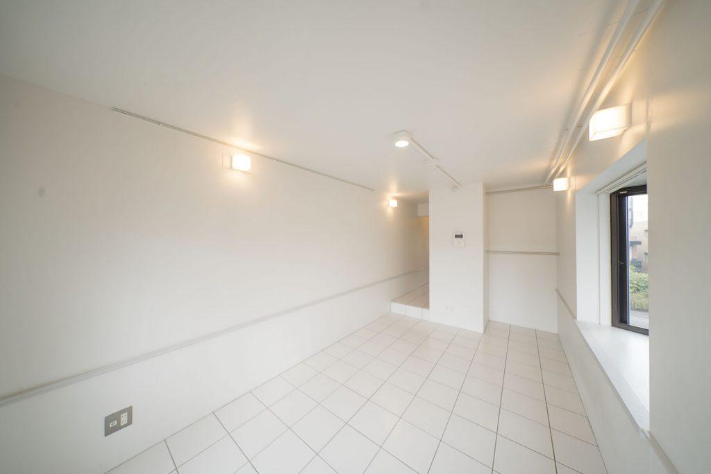 洋室は、壁、床のタイルに到るまでホワイトで統一。さっぱりとした室内。