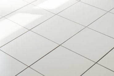 床はホワイトタイル。