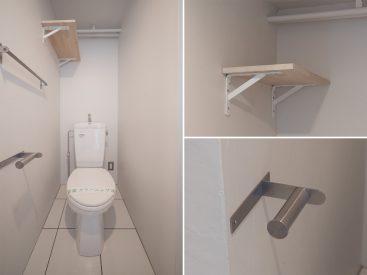 トイレ。木製のシェルフに、ステンレスのペーパーホルダーも。センスがある。
