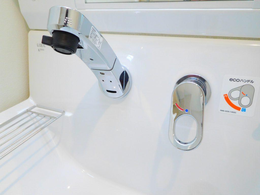 壁付けの水栓で水垢やカビ対策も軽減されます
