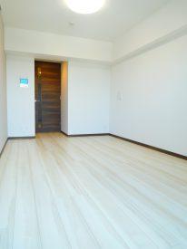無垢ではないですが、床材と建具のチョイスがステキです。