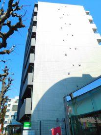 タイル張りの立派な佇まい。8階建てなので周囲からアタマ一つ抜き出てます。