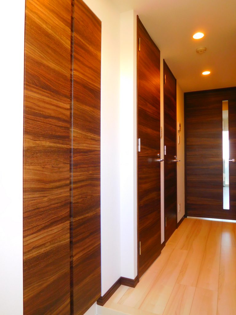 玄関~廊下。建具の色好きです。
