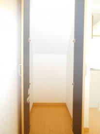 お隣の階段下を使った収納スペース