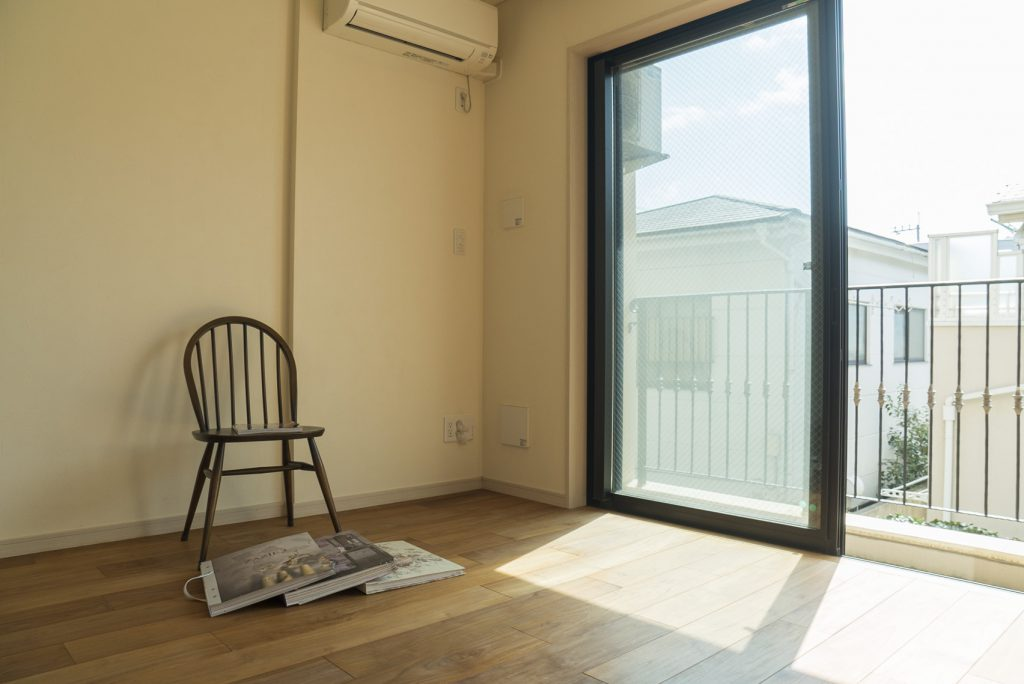 南向きで明るいお部屋。壁紙はじめ、カスタマイズが可能です。