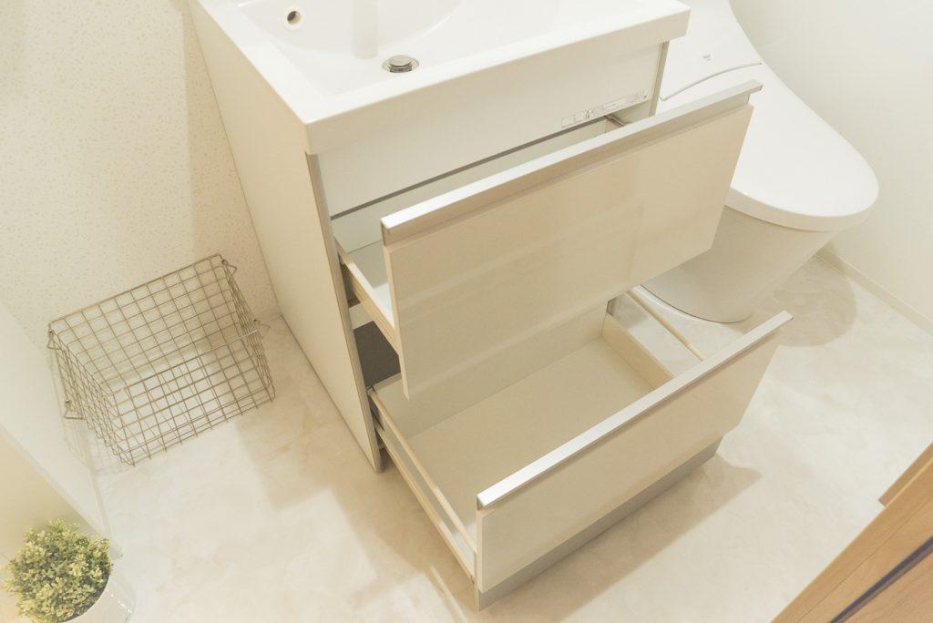 洗面の下も収納になってます。タオルとか入れときたい。(内装)