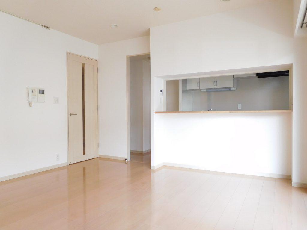 明るい床材と建具と白し壁紙が柔らかな空間を演出してくれています