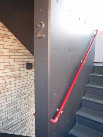 個人的に一番お気に入りの階段部。手すりと壁のコントラストが好きです。