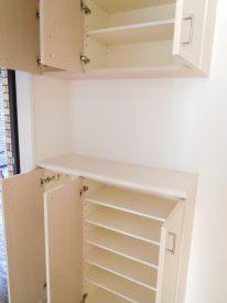 玄関収納は収納量も多めのセパレート式。玄関正面にもクローゼットありです。