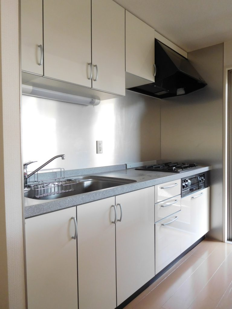 人造大理石のワークトップやキッチンパネルでお手入れも楽々なキッチンです。