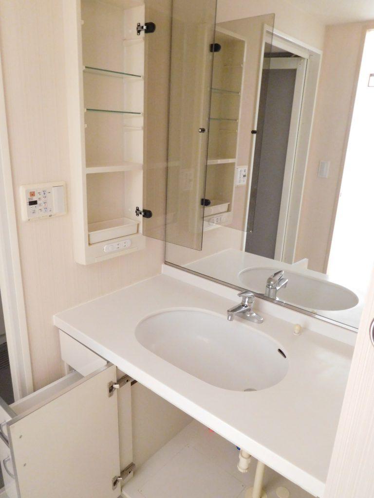固定の一面鏡がインパクト大な洗面台です。