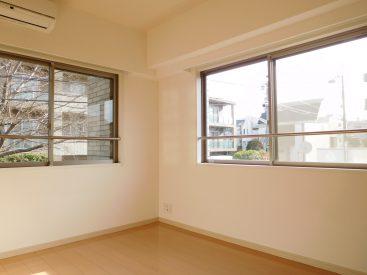 東側と南側の2面採光で明るい居室。