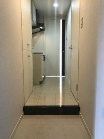 玄関内は白を基調に床地もタイルで高級感を演出してます
