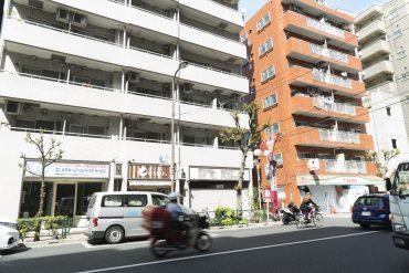 世田谷通り沿いです。タクシーもつかまりやすい。
