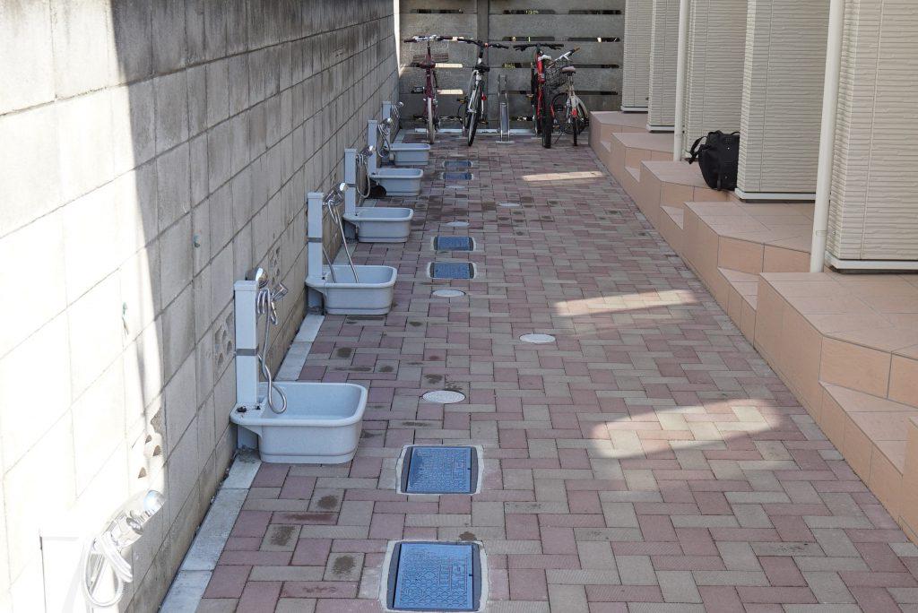 玄関前のアプローチ部奥には駐輪場もあります。