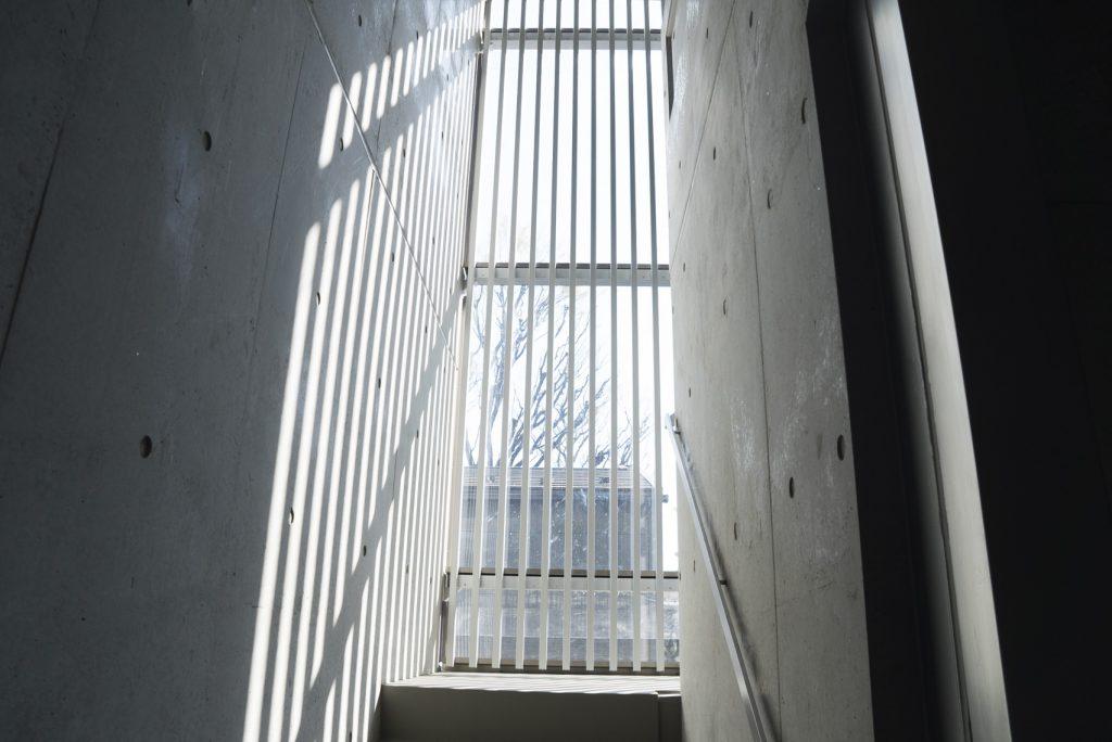 共用部階段。ガラスがあるのでぬれません。