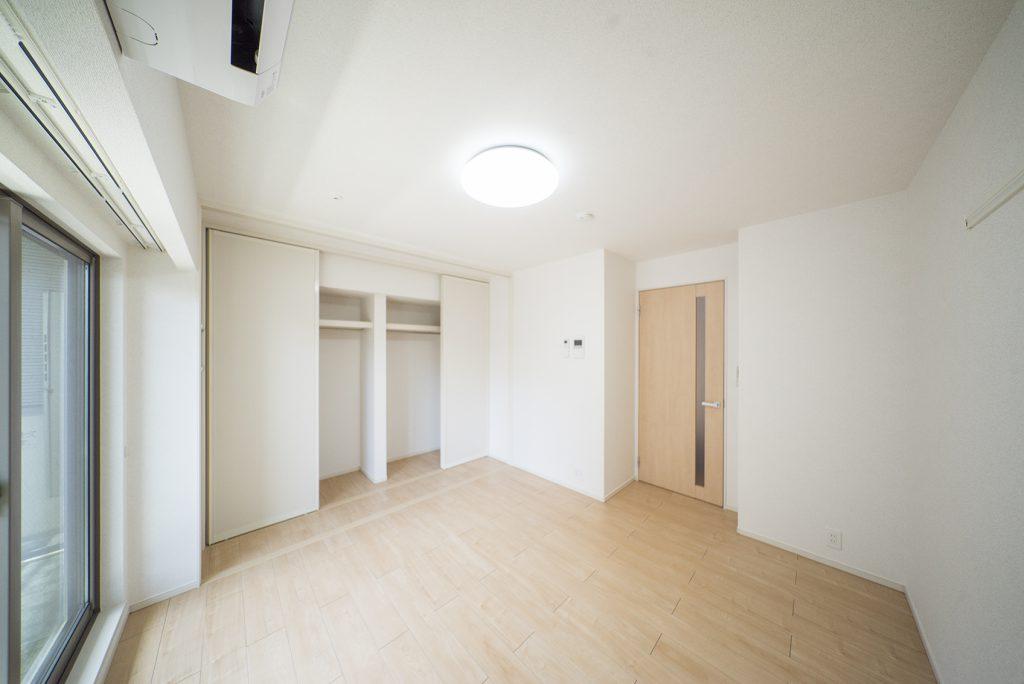 白を基調とした、使いやすさがうかがえる7帖の洋室。