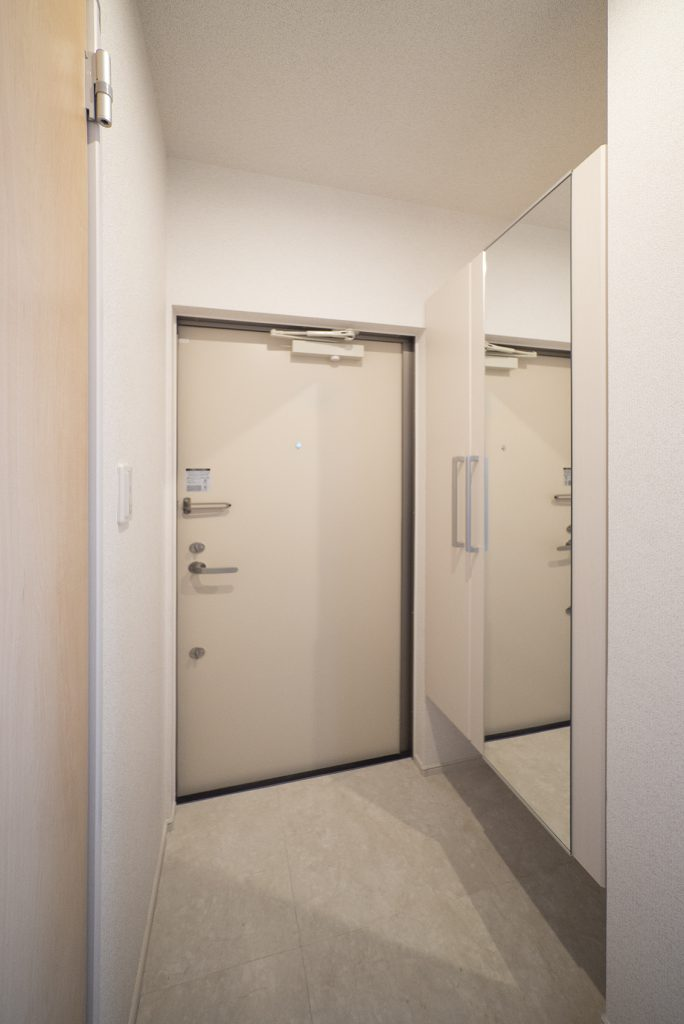 玄関には鏡付きのシューズボックスあり。