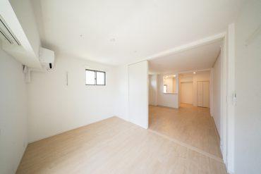 キッチンを軸にしたリビングダイニングと、窓側に配置された洋室の1LDK。