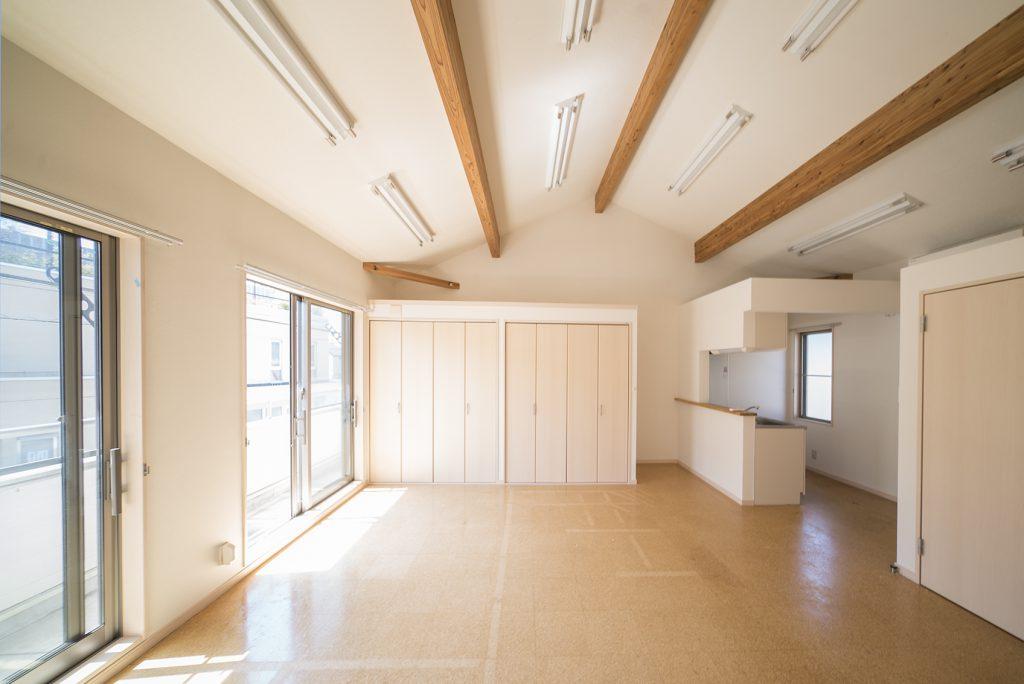 約15帖、天井が高く、日差しがたっぷり入る室内。