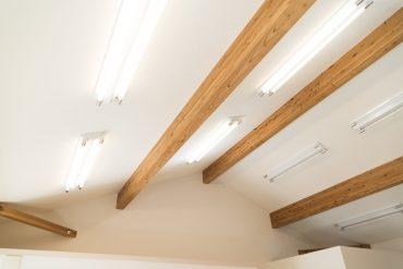 天井には梁。