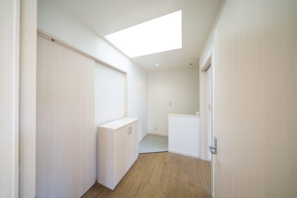 玄関は入り口から階段を上がって。個人的には天窓が好き。