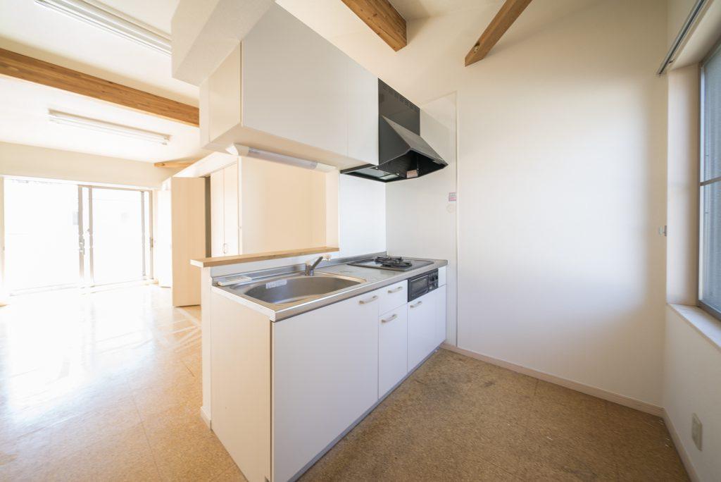 キッチンは洋室の一角に。2口グリル付きガスコンロ。