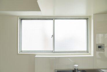 明るい窓が気持ち良い。開けても建物はありません。