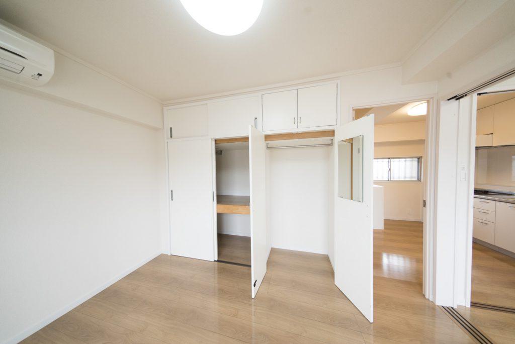 引き戸と開き戸の収納。鏡がついています。