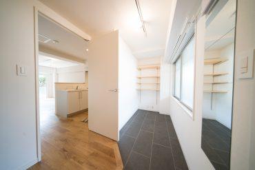 別部屋ですがエントランスのイメージ。実際の土間部分はパントリーとデスクスペースになっていてキッチンへの導線となっているそうです。