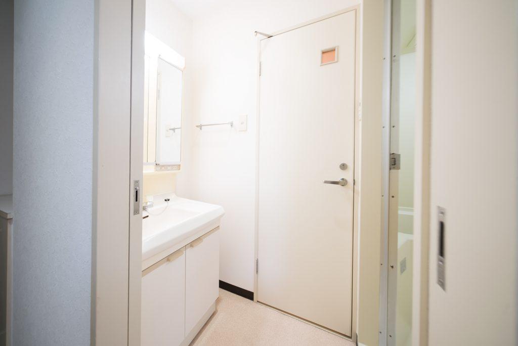 洗面台、トイレ、バスルームがひとまとまりに。