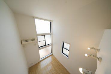 高い天井までつづく窓です。