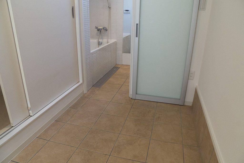 玄関からタイルの床でつづきまして、お風呂へ。
