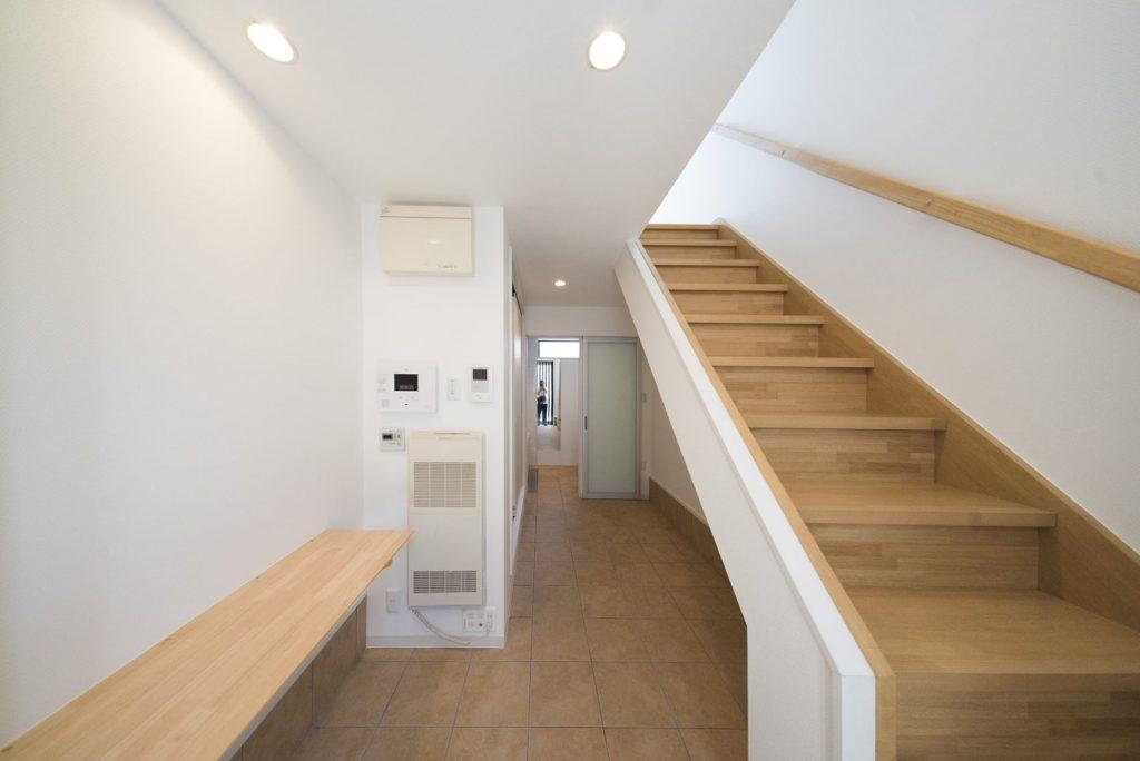 玄関あけるとお風呂が。小さめの作業台もあります。