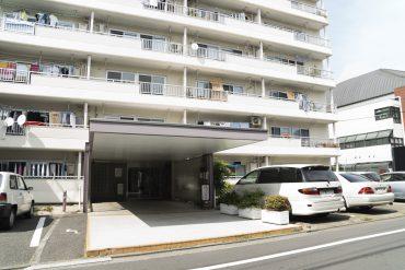 大きな入り口のマンション。