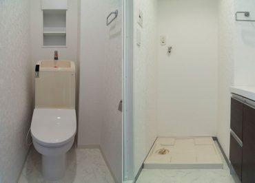 トイレにも小さいですが棚があります。