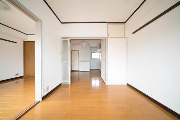 洋室4.5帖。奥行きのある収納が上下にあります。