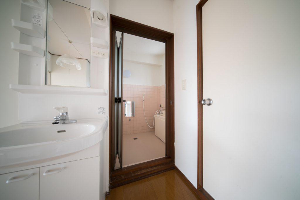独立洗面台の横にバスルーム、その隣にトイレがあります。