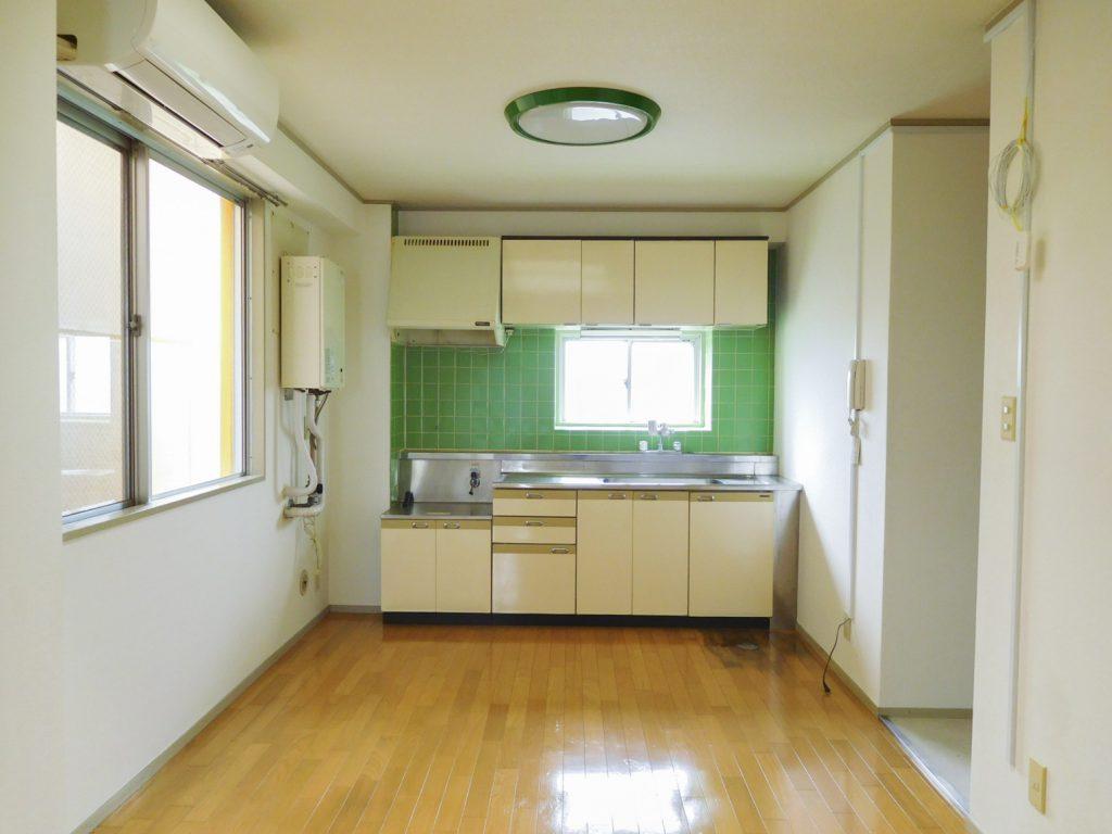 キッチンの緑のタイルがかわいい。