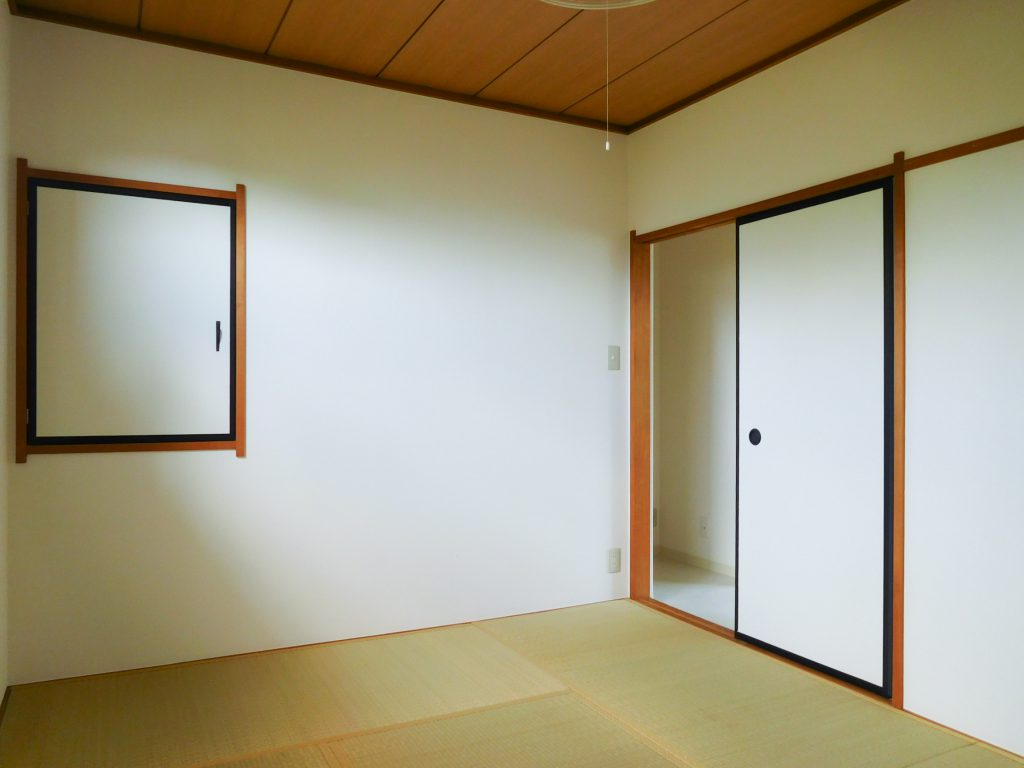 窓側から見た2階和室の様子。コンパクトですが奥行きある収納がついています。