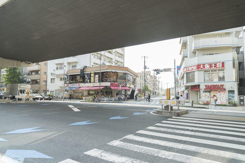 駒沢の交差点。いろんなお店がいっぱい!