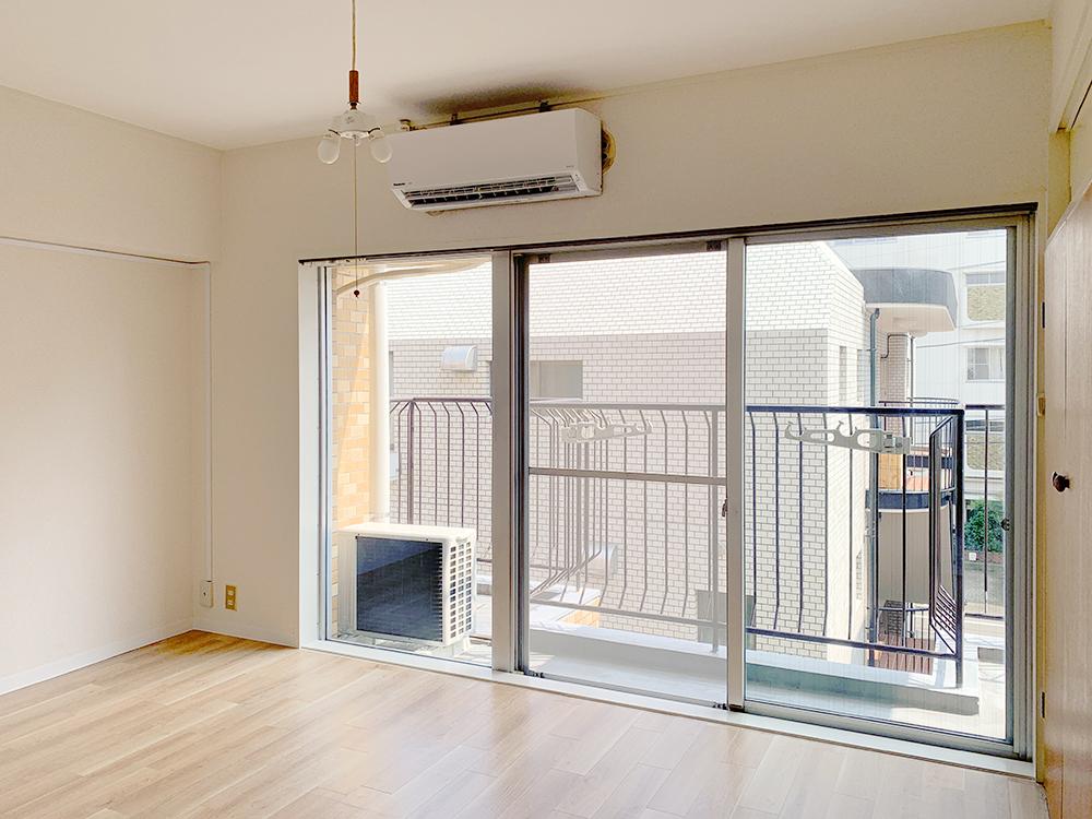 洋室は南向きの窓からたっぷりの日差しが。