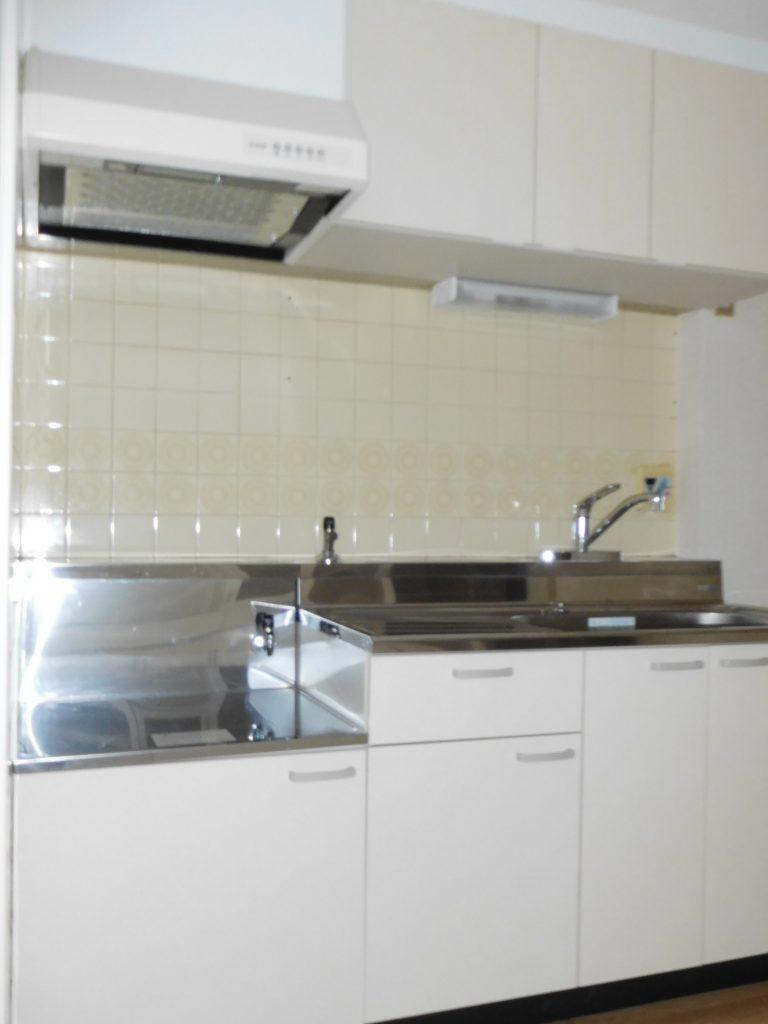真っ白なキッチン。作業しやすそう